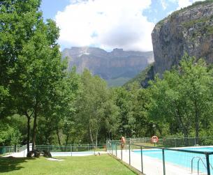 Apartamento con terraza y piscina en Torla en venta