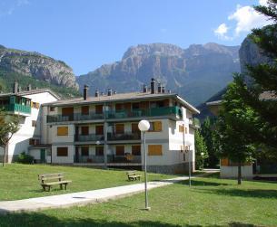 Apartamento con amplia terraza y piscina en Torla en venta