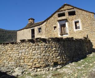 asa tradicional a rehabilitar con terreno en pueblo próximo a Boltaña en venta