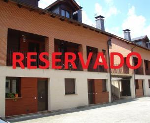 Duplex con amplia terraza, garaje y piscina en venta en Boltaña
