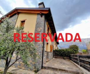 Casa adosada con chimenea en la Peña Montañesa en venta