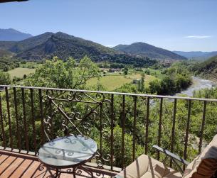 Casa rehabilitada con vistas en venta en gran finca cerca de Boltaña