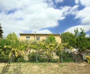 Casa con terreno de regadío en venta cerca de Huesca Somontano
