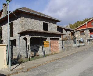 Vivienda y parcela en urbanización tranquila en Aínsa