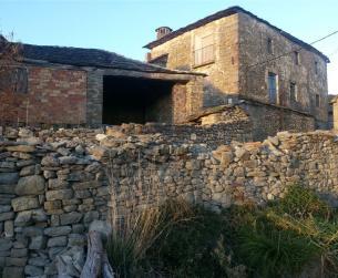 Gran casa tradicional de piedra y losa
