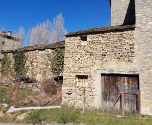 Bordas a rehabilitar con terreno en pueblo turístico cerca de Ordesa