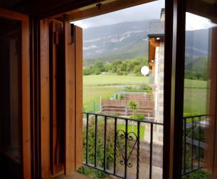 Casa adosada con chimenea en la Peña Montañesa