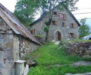 Casa tradicional, borda y varias fincas rústicas en el Valle del Cinca
