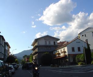 Edificio en calle principal