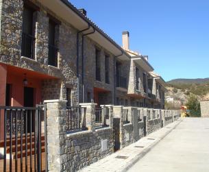 Vivienda adosada con dos jardines, junto al Río Cinca