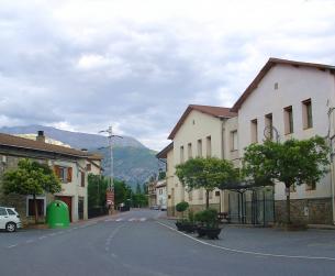 Casa tradicional en la plaza del pueblo junto al  Río Ésera