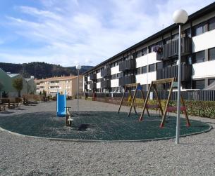 Zona de jardines y parque infantil junto a la vivienda.