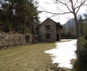Vista de la vivienda y su prado