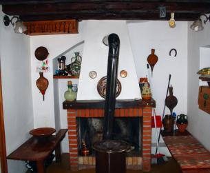 Salón con chimenea y estufa de leña