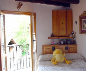 Dormitorio y balcón