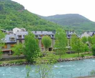 Apartamento renovado con terraza junto al río en Broto