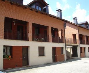 Duplex con amplia terraza, garaje y piscina en Boltaña