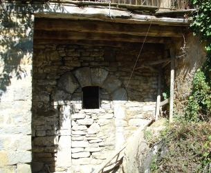 Gran casa a rehabilitar en amplia parcela en pueblo del Valle de Ara