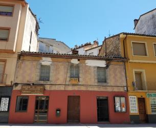 Edificio comercial y de viviendas en Aínsa