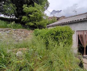 Casa tradicional con jardín bajo la Peña Montañesa