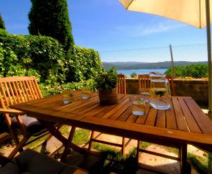 Vivienda adosada con jardín, chimenea y vistas al lago