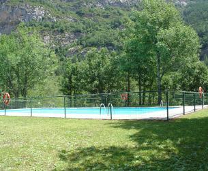 Chalet pareado con terreno y piscina cerca de Ordesa
