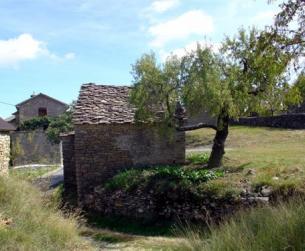 Borda tradicional de piedra y losa en suelo urbano de 56 m2 en dos plantas