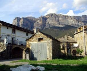 Solar urbano con borda para rehabilitar bajo Peña Montañesa