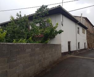 Casa con vivienda, almacén y terreno en Barbastro