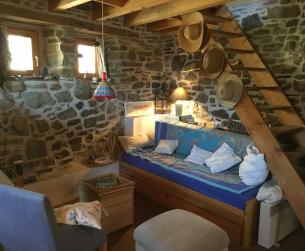 Casita de piedra habitable en pueblo de montaña