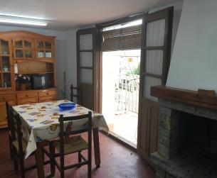 Casa tradicional en la Plaza Mayor en pueblo de La Fueva